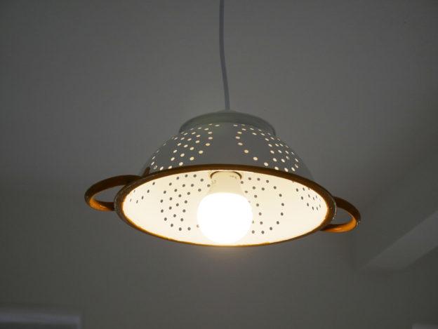 recyklace, upcyklace, světlo, cedník, lustr, bydlení, kuchyně, minimalismus, Marcela Sobotová